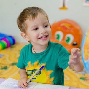 Ofrecemos formación e información a padres y madres sobre los requerimientos de cada etapa evolutiva de los niños.