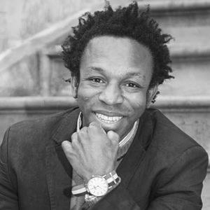 """Ousman salió de Ghana él solo con 13 años y llegó a España con 17... lo cuenta en su libro """"Viaje al país de los blancos"""". Actualmente es graduado en Administración de Empresas y Relaciones Públicas y Marketing, y culminó haciendo un máster en Cooperación Internacional y ha creado la ONG Nasco Feeding Minds."""